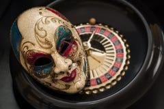 Máscara y una rueda de ruleta Fotos de archivo libres de regalías