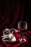 Máscara y vino del carnaval Concepto de la decoración del teatro Fotografía de archivo