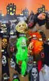 Máscaras asustadizas de Halloween en venta en supermercado local Fotos de archivo