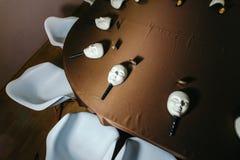 Máscaras blancas para jugar en la mafia en la tabla Imagen de archivo