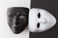 Máscaras blancos y negros a diversos ángulos Fotos de archivo