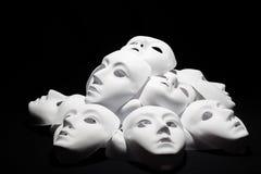 Máscaras brancas do teatro no fundo preto imagens de stock royalty free