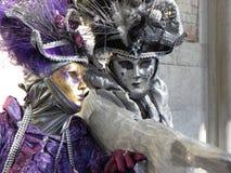 Máscaras de la violeta y de los gris plateados, carnaval, Venecia Fotos de archivo libres de regalías