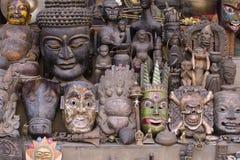 Máscaras de madeira da lembrança no mercado de rua nepalês em Kathmandu, Nepal Foto de Stock Royalty Free