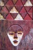 Máscaras de madera étnicas y místicas tradicionales africanas Fotos de archivo