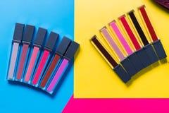 Máscaras diferentes dos batons, do rosa, do vermelho, do marrom, da luz e da obscuridade - azuis, fundo amarelo, vista superior,  Fotos de Stock
