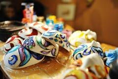 Máscaras hermosas en un taller de artesanos, Venecia Foto de archivo libre de regalías