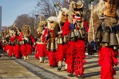 Máscaras rojas que caminan Surva Bulgaria Imagenes de archivo