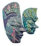 Máscaras, varón y hembra africanos coloreados vivos, cierre de la máscara de Halloween para arriba, aislado Foto de archivo libre de regalías