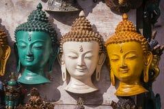 Máscaras y artesanías de madera coloridas en venta en la tienda en el distrito de Thamel de Katmandu, Nepal fotos de archivo