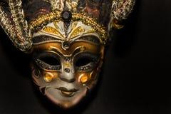Máscaras y plumas del carnaval de Venecia en fondo negro fotografía de archivo
