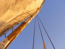Mástil de un barco de navegación y de un cielo azul Imagen de archivo libre de regalías