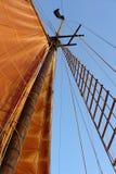 Mástil del barco de vela con la vela   Fotografía de archivo
