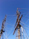 Mástil viejo y aparejo del sailship fotografía de archivo