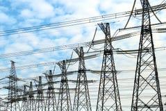 Mástiles de la energía eléctrica Fotografía de archivo