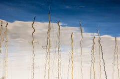 Mástiles y nubes de los yates en agua Fotos de archivo