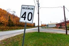 Máximo 40 kilómetros por la señal de tráfico blanca de la hora imagenes de archivo