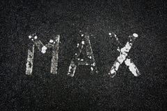 'Máximo' pintado em uma estrada imagens de stock