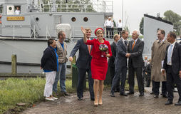 Máximos de rey Willem Alexander y de la reina que salen del dragaminas i Foto de archivo
