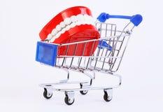 Mâchoire de jouet en achetant le chariot images libres de droits