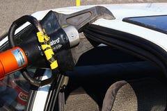Mâchoires hydrauliques puissantes employées par des sapeurs-pompiers pour couper le châssis de voiture après accident images stock