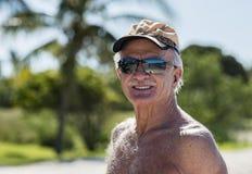 Mâle âgé par aîné heureux sur la plage au Mexique Photos stock
