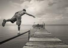 Mâle équilibrant sur un pied photos stock