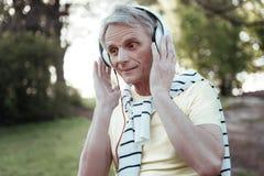 Mâle étonné mettant des mains sur des écouteurs Photo libre de droits
