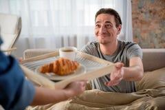 Mâle adulte heureux partageant le petit déjeuner avec l'amant féminin à la maison photos stock