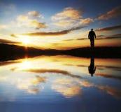 Mâle allant sur le lever de soleil Image libre de droits