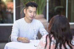 Mâle asiatique beau une date avec une femelle dehors Photos libres de droits