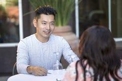 Mâle asiatique beau une date avec une femelle dehors Images libres de droits