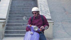 Mâle avec la motocyclette banque de vidéos