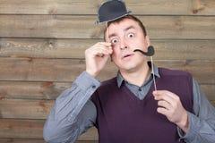 Mâle avec le chapeau et le tuyau de tabagisme drôles sur bâtons photos libres de droits