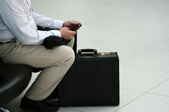 Mâle avec les bagages et le téléphone Image stock