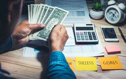 Mâle avec une certaine somme d'argent en main Économie, concept d'opérations bancaires photos stock