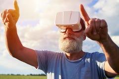Mâle barbu dans la réalité virtuelle Photographie stock