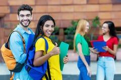 Mâle caucasien réussi et étudiante latino-américaine images stock
