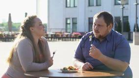 Mâle de surpoids se forçant pour manger de la salade, désir de perte de poids de couples, régime banque de vidéos