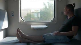 Mâle de voyageur dans le wagon de chemin de fer ou le chariot de train clips vidéos