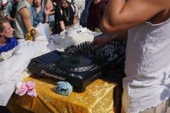 Mâle DJ jouant la musique de partie dehors images libres de droits