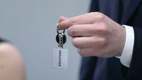 Mâle donnant le keychain de femme avec le mot de solution, aidant avec le problème, appui clips vidéos