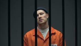 Mâle emprisonné arrogant avec le cure-dents montrant de mauvaises façons, se dédoublant sur le plancher banque de vidéos