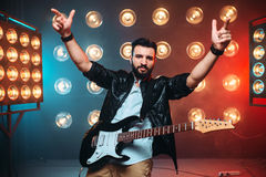Mâle en solo musican avec l'électro guitare Photos stock