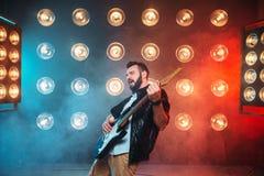 Mâle en solo musican avec l'électro guitare Images libres de droits