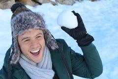 Mâle espiègle environ pour jeter une boule de neige Images libres de droits