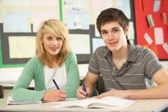 Mâle et étude d'adolescent femelle d'étudiants Photo stock