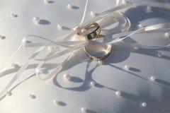 Mâle et anneaux d'or femelles Images libres de droits