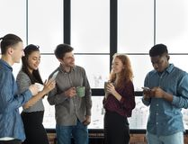 Mâle et collègues féminins se reposant pendant la coupure dans le bureau image stock