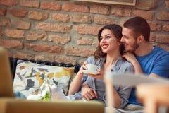 Mâle et femelle dans l'amour dans le cafétéria Photo libre de droits